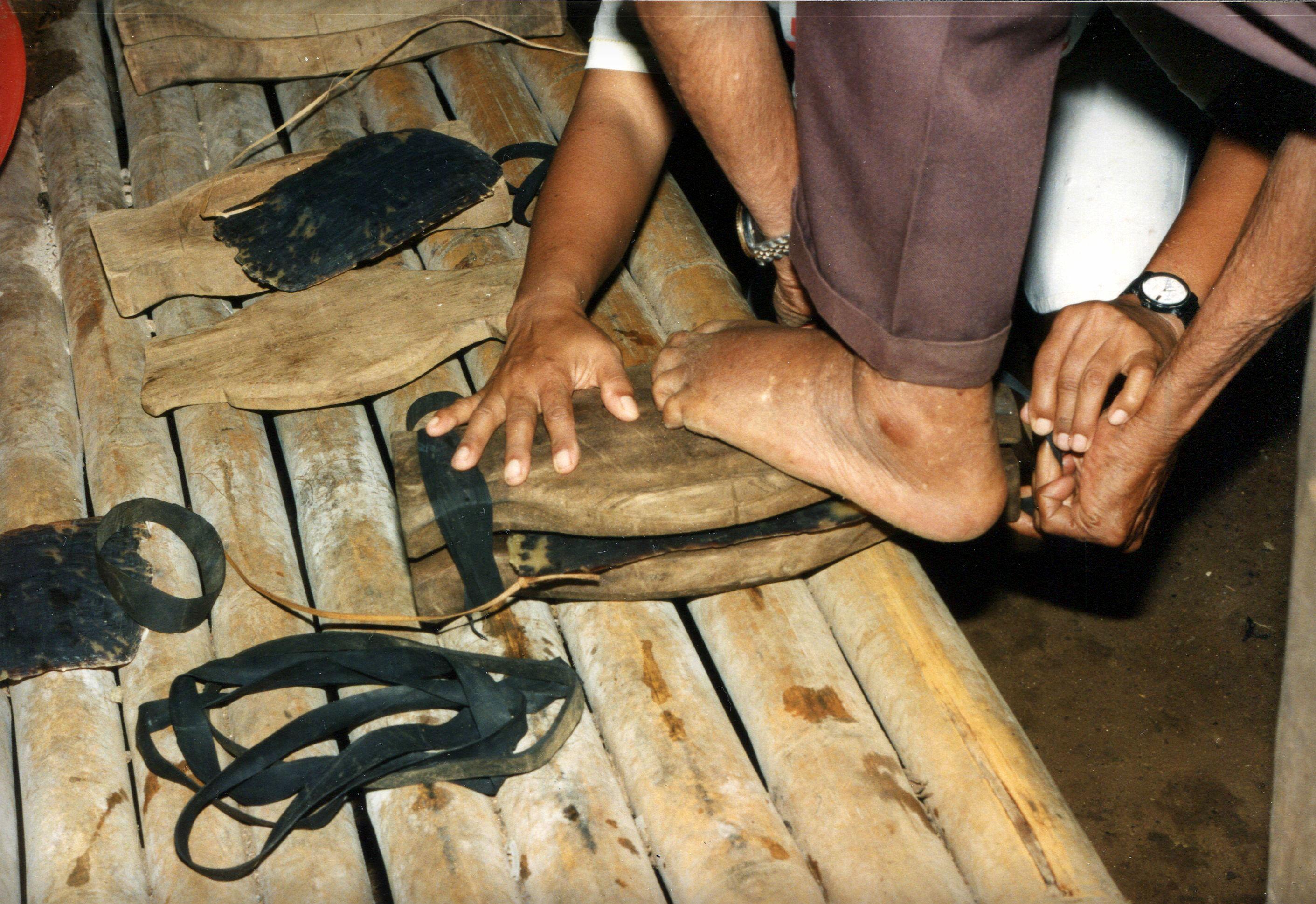 Toluk Herstellung: 1. Schildpatt Platte wird vor dem Kochen in eine Holzform gespannt 1994 Palau (Copyright T.Lautz)
