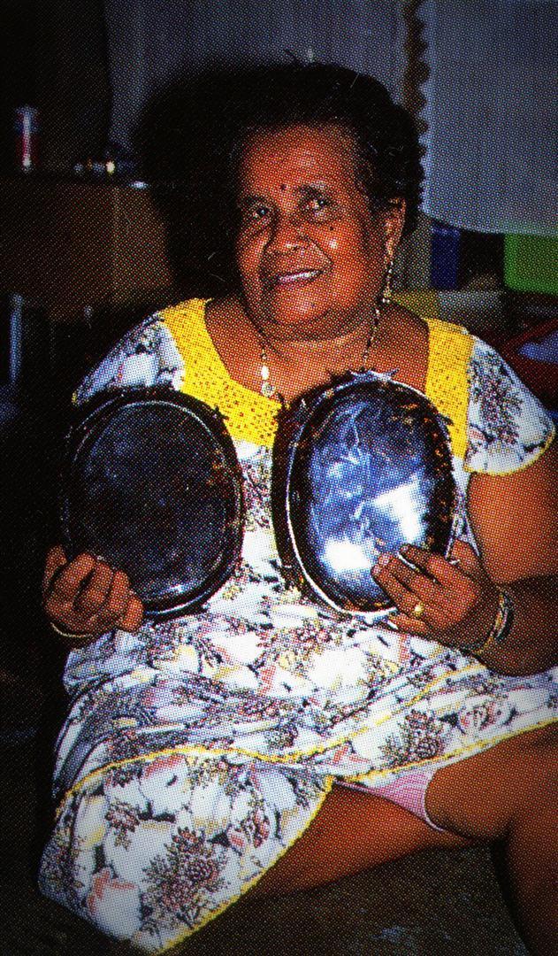 3. Frau Esebei mit 2 toluk eigener Herstellung; Palau (Copyright T.Lautz)