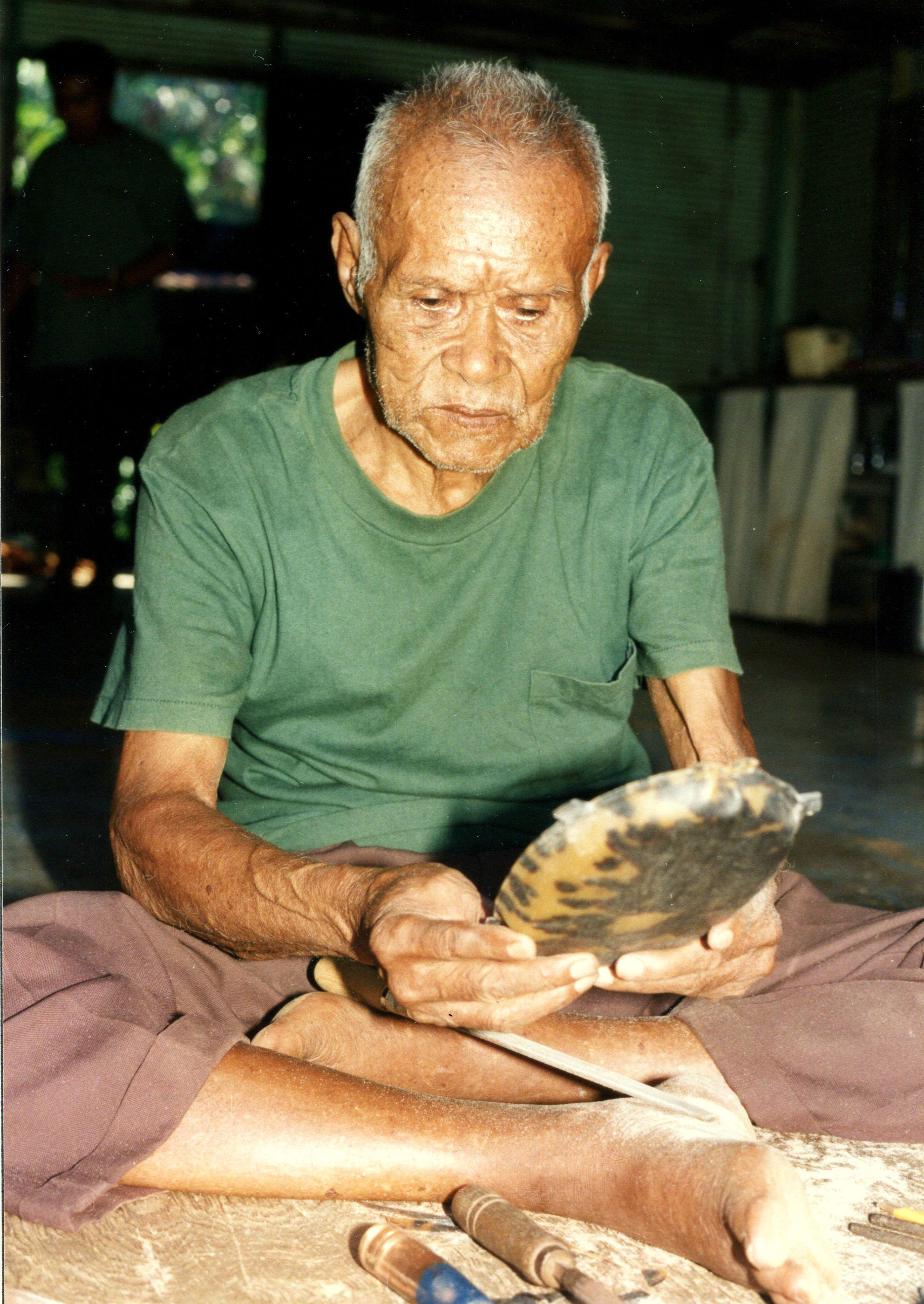 4. High Chief Esebei von Meyuns, Ngerkebsan mit einer toluk Schale eigener Herstellung 1994 Palau (Copyright T.Lautz)
