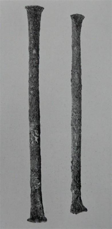Abb.1 a (oben) : Kupferstabbarren aus den Ausgrabungen von Igbo-Ukwu, die nach Volavka ähnlich wie die milàmbula Kupferstabbarren der Ngoyo aussehen sollen. Die beiden Fotos sind nicht im gleichen Maßstab aufgenommen! (Beide Bilder aus Shaw, 1970 plate 383
