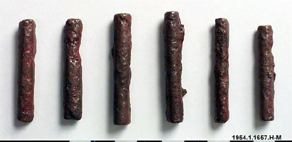 Abb.2: Die von Volavka beschriebenen kleinen zigarettenförmigen Kupferstabbarren vom Unteren Zaire. Hier 6 Barren (mukato) aus der Sammlung des Etnografiska Museet Stockholm. Länge 4.5 – 6 cm, Durchmesser etwa 1,0 cm (Inventar Nr. 1954.1.1667.H-M) [www.kringla.nu]