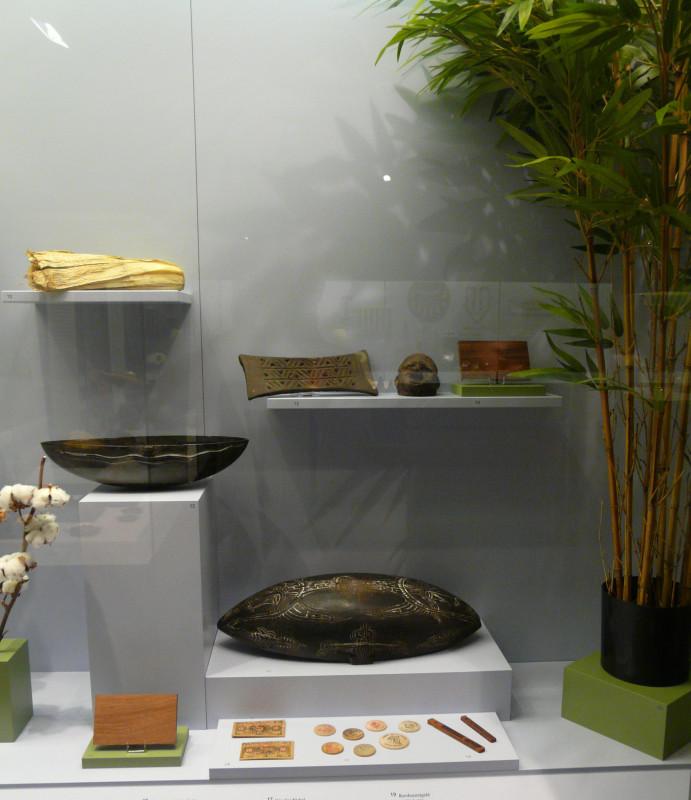 Vitrine Holz. Tukula, Siassi Holzschalen, Bambusstäbchengeld