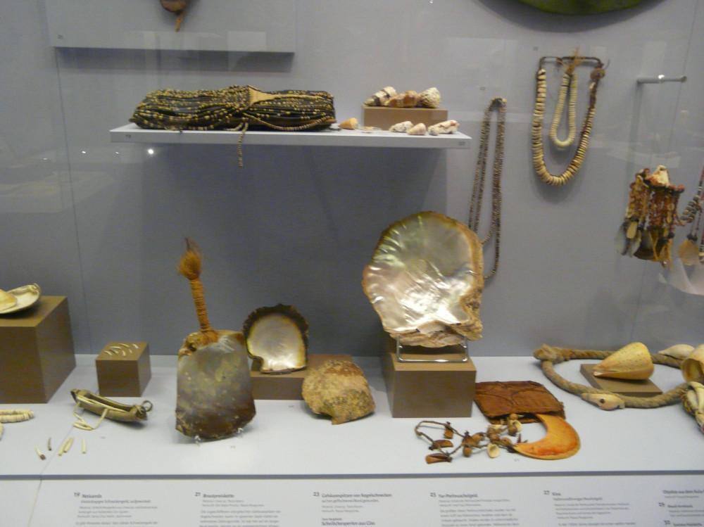 Vitrine Muschelgeld. Salomonen, Yap, Papua Neugiunea. Auf dem Podest neiuanda von Santa Cruz