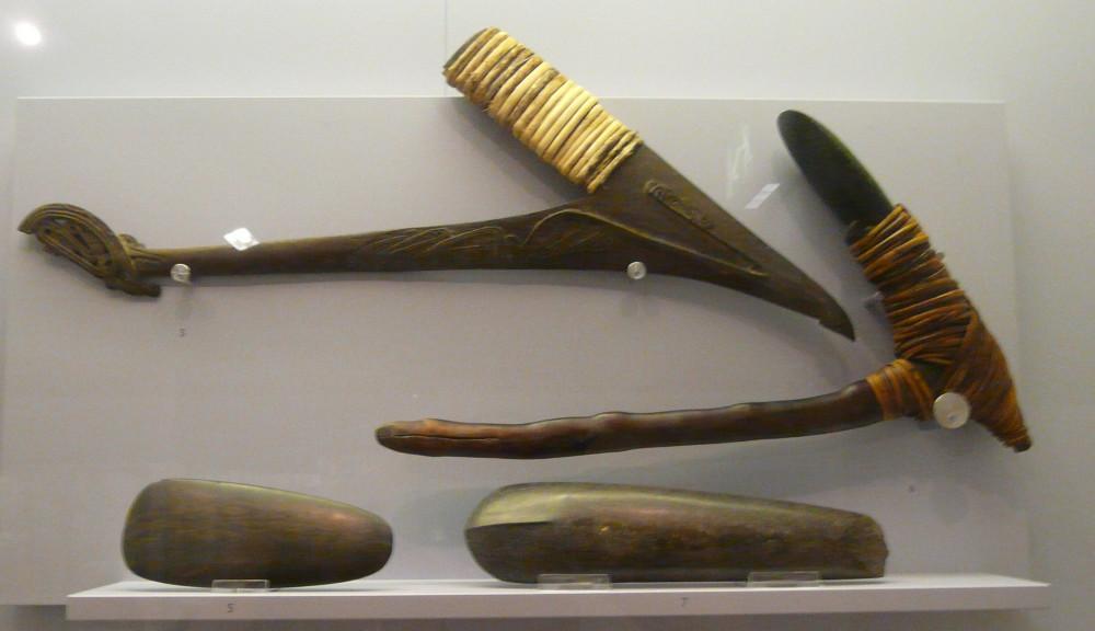 Vitrine Steine. Axtklingen aus Papua & Papua Neuguinea