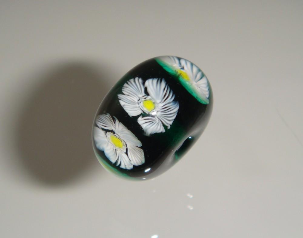besonders schöne Effekte lassen sich erzielen, wenn in die Oberfläche von Perlen einzelne Blumen-Murrinen eingelegt werden