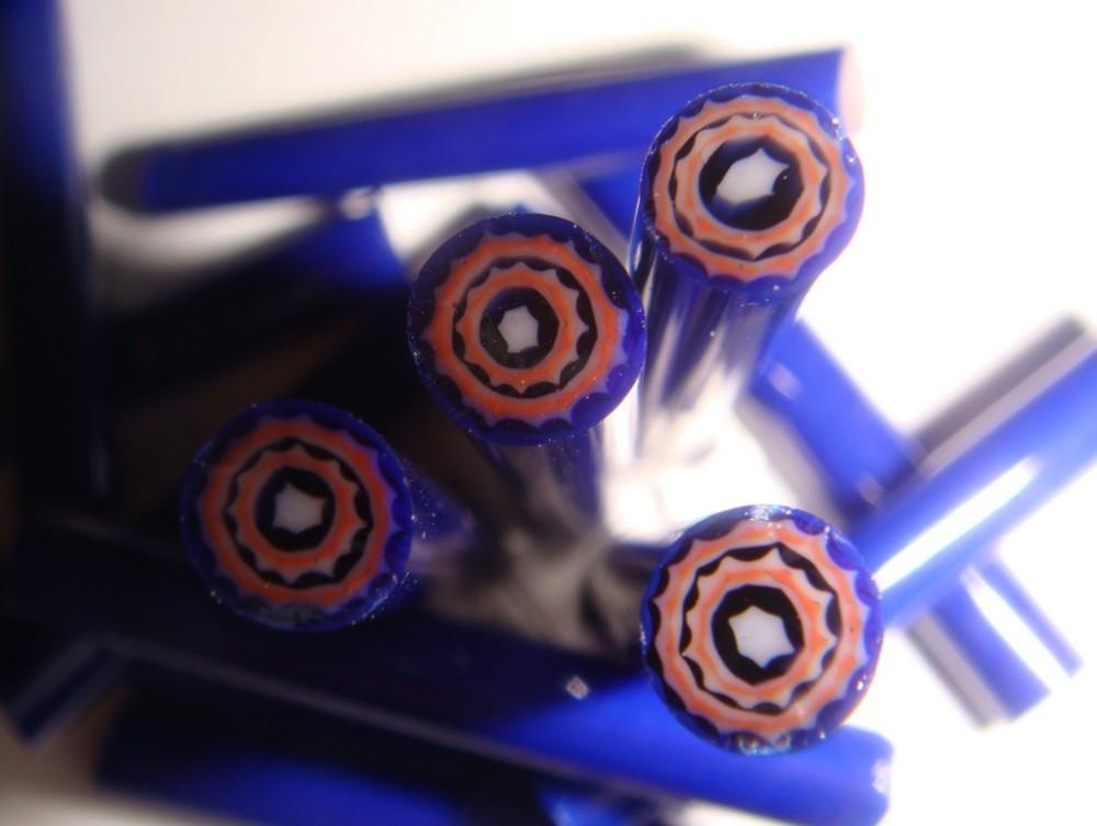 Ausgangsmaterial für Perlen sind häufig gezogene, mehrschichtige Glasstäbe