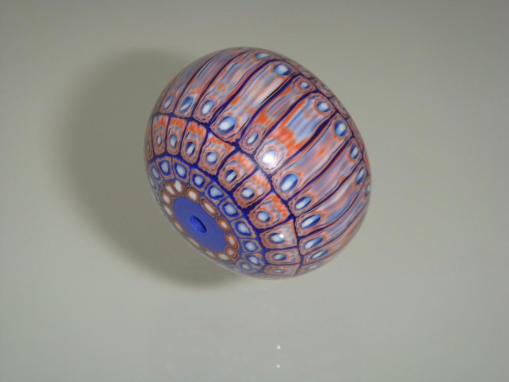 kleine Abschnitte der Stäbe werden beidseitig abgerundet und geschliffen - das entspricht der Herstellung der bekannten Chevron-Perlen