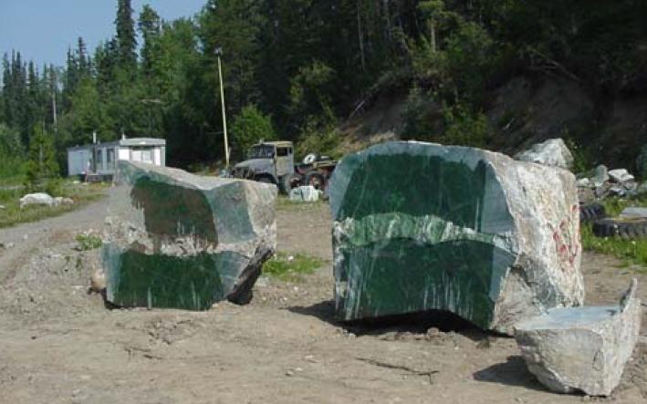 Bild 11:  Nephrit Abbau in British Columbia. An die Stelle von Geröllsteinen ist heute gewachsenes Material getreten, das gebrochen wird (Makepeace und Simandl 2004:287).