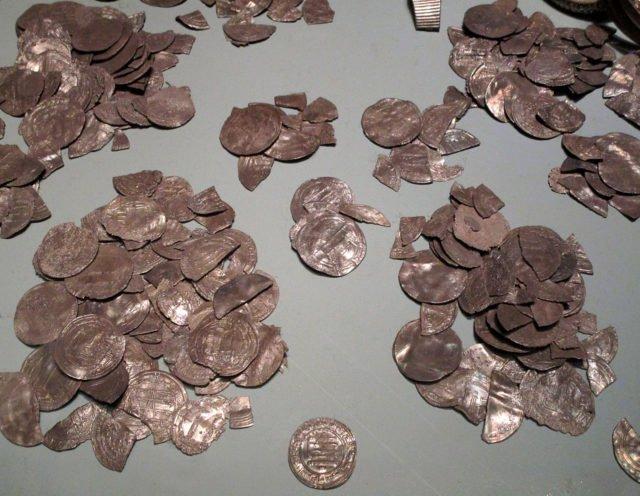 PGS 41,1 (2020) Tafel 2 Abb. 2: Gotland Museum. Arabische Silbermuenzen (dirhem) aus dem Spillings Hort 2.