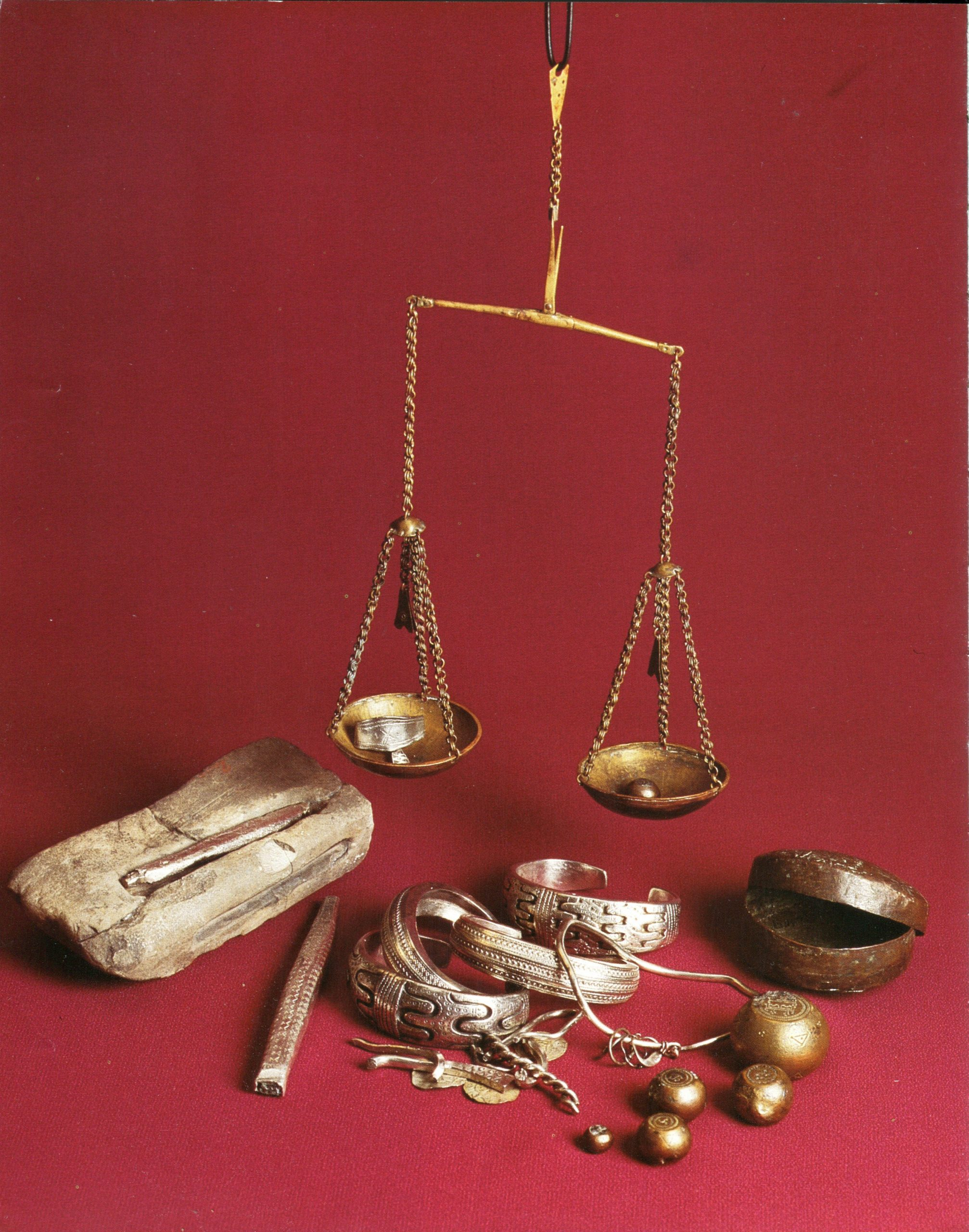 PGS 41,1 (2020) Titelblatt: Ausrüstung eines wikingerzeitlichen Händlers: Klappwaage, Transportdose, Gewichte, Silberobjekte, Specksteinform für Barrenguss.